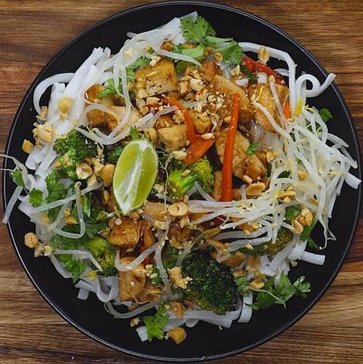 Chicken Pad Thai Close Up-1