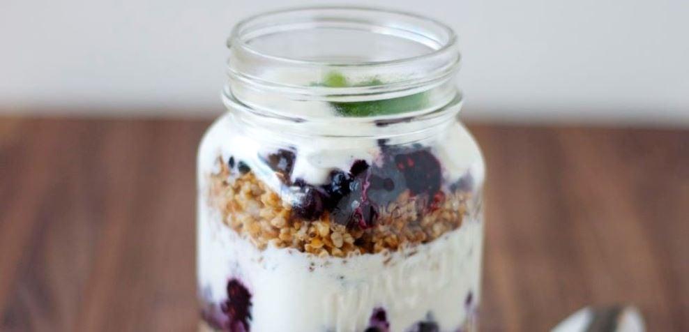 yogurt-parfait-High-protein-snacks-muscle-gain-weight-loss-recipes (2)