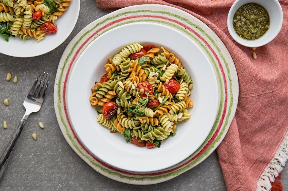 Vegan-garlic-rice-pasta-and-cherry-tomatoes-min-2