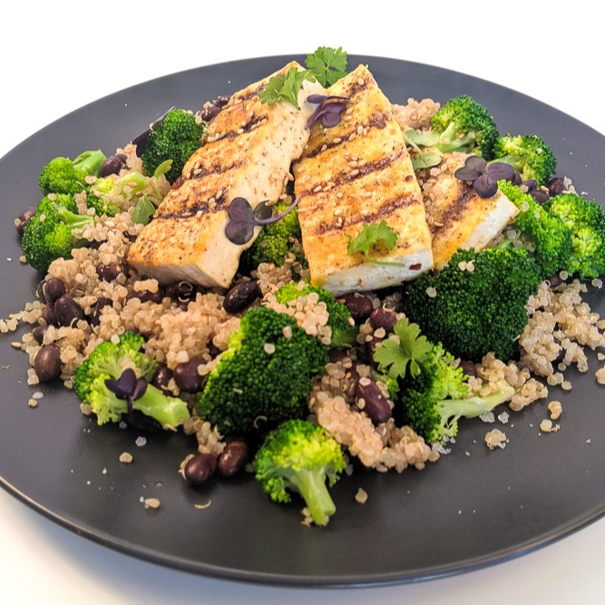 high-protein-vegan-recipes-meal-prep-grilled-tofu-and-quinoa (4)