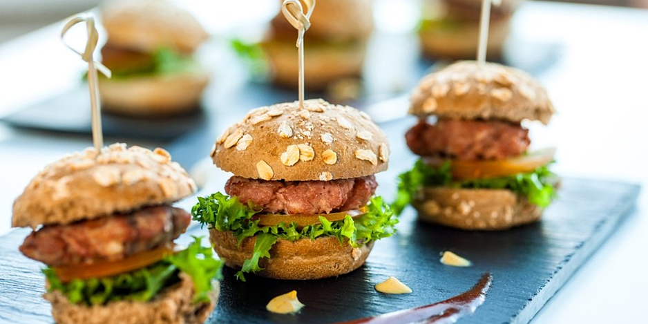 blog-healthy-superbowl-snacks-recipes-gameday-football-mini-burger-sliders-on-tray