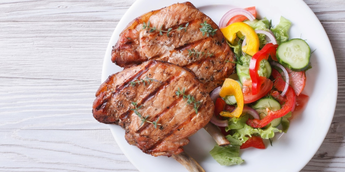 low-carb-meal-on-plate-with-grilled-pork-chops-low-carb-veggie-pepper-salad